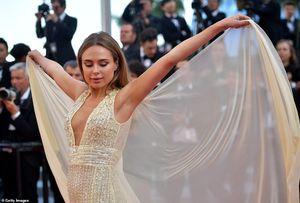 Người đẹp tung váy tạo dáng để gây chú ý trên thảm đỏ Cannes