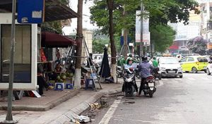 Lộn xộn ở cổng Bệnh viện Đại học Y Hà Nội