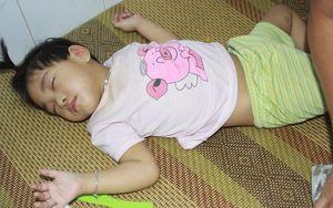 Lời khẩn cầu của người bà chăm 2 đứa cháu bị bại liệt, teo não bẩm sinh, cố giành giật sự sống từng ngày