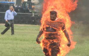 Giây phút người đàn ông châm lửa tự thiêu rồi lững thững đi bộ gần Nhà Trắng