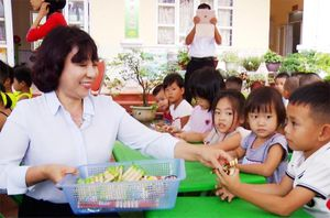 Lãnh đạo tỉnh thăm, tặng quà thiếu nhi tại huyện Hoành Bồ