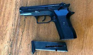 Chê tiền bo ít, nữ tiếp viên gọi bạn mang súng đến xử khách