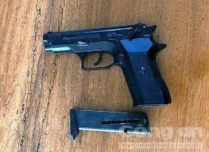 Chê tiền bo ít, nữ tiếp viên gọi người mang súng đến 'xử' khách