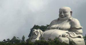 Sửa tượng phật trên núi Cấm, người đàn ông té xuống đất tử vong