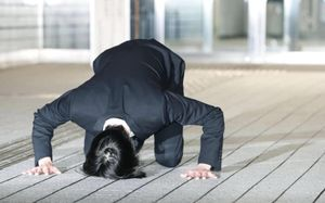 Thần tượng Nhật Bản cúi dập đầu xin lỗi, giải nghệ sau scandal ma túy