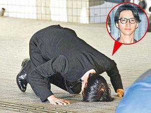 Ca sĩ Nhật Bản quỳ gối, cúi rạp đầu xin lỗi người hâm mộ
