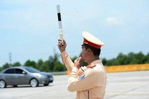 Cảnh sát giao thông làm nhiệm vụ giữa thời tiết nắng nóng