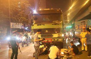Hà Nội: Xe tải đâm xe máy dừng đèn đỏ, 1 phụ nữ tử vong
