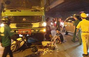 Dừng chờ đèn đỏ, hai phụ nữ thương vong vì bị xe tải cuốn vào gầm