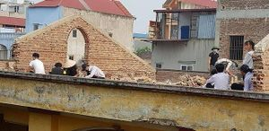 Điểm nhấn giáo dục: Phạt học sinh đẽo gạch trên mái nhà giữa trời nắng nóng