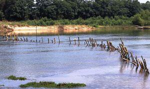 Xóa 'trận địa cọc tre' ngăn cát tặc trên sông Bồ