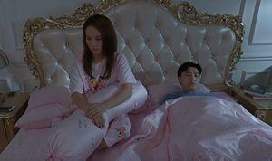 'Về nhà đi con' tập 50: Là vợ chồng hờ bao lâu, cuối cùng Thư và Vũ cũng ngủ chung giường
