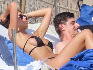 Thủ môn Real đổ đốn, công khai cặp kè người mẫu Italia nóng bỏng
