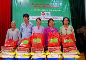 Tặng quà cho nhân dân khu vực biên giới biển Tiền Giang