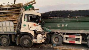 Đâm vào đuôi xe tải trên cầu Thanh Trì, hai người chết trong ca bin
