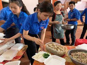 Áo xanh Tuyên Quang: Túc trực trường thi, vào bếp sắp cơm 'chăm' thí sinh
