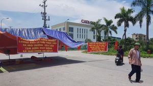 Dân dựng lều trước cổng Cụm công nghiệp để phản đối xả thải