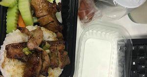 Đặt cơm trưa online, cô gái bức xúc vì nhận về suất cơm vừa thiếu món, thịt mỡ lại có mùi ôi