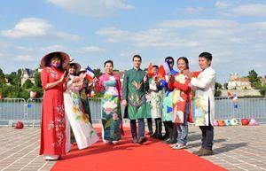 Họa sĩ Việt vẽ hoa lên áo dài và trình diễn bên sông Seine, Pháp