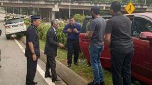Quốc vương Malaysia xuống xe giúp người gặp tai nạn bên đường