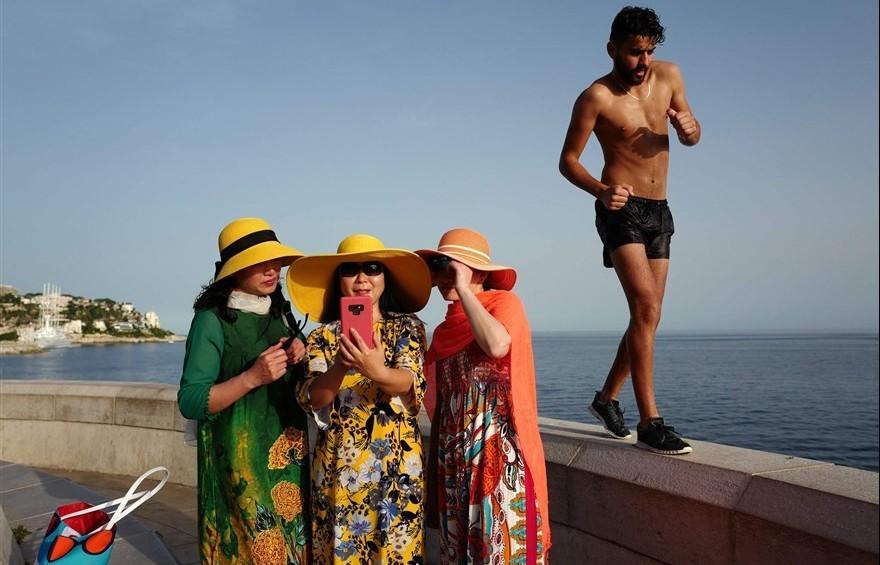 Ảnh ấn tượng trong tuần (23-30/6): Thanh bình chụp ảnh selfie ở Pháp và xung đột ở Bờ Tây