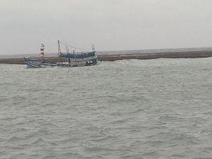 Chìm tàu chở 71 tấn dầu ở đảo Phú Quý, cảnh báo tràn dầu