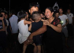 Vụ 9 ngư dân Nghệ An mất tích: Vỡ òa giây phút đón thuyền viên sống sót trở về