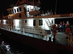 Hàng trăm người thức trắng đêm đón 7 thuyền viên sống sót sau vụ chìm tàu trên biển Bạch Long Vỹ
