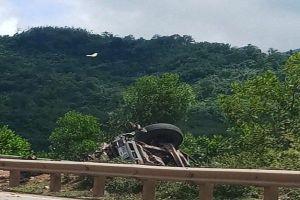 Container lao xuống vực tài xế tử vong tại chỗ, phụ xe nhảy ra ngoài thoát chết kỳ diệu