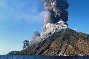 Núi lửa phun trào dữ dội khiến hàng loạt du khách nhảy xuống biển thoát thân