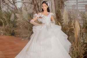 Hoàng Thùy diện váy bồng bềnh học hỏi từ mỹ nhân Thái Lan