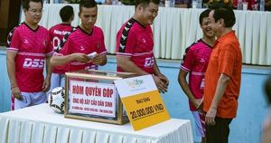 'Ông trùm' Phan Quân đưa quân đá giao hữu bóng đá gây quỹ từ thiện tại Quảng Ninh