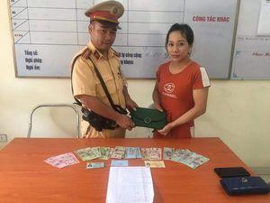 CSGT Hà Nội trả lại chiếc ví đánh rơi cho người phụ nữ