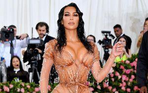 Kim Kardashian bị lõm lưng và bụng vì mặc váy áo siết chặt cơ thể