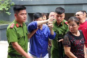 Trùm bảo kê chợ Long Biên Hưng 'kính' lấy tay che mặt hầu tòa, phiên xử đột ngột hoãn