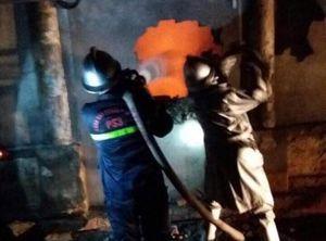Cứu thành công hai người trong vụ cháy cửa hàng giày dép lúc rạng sáng