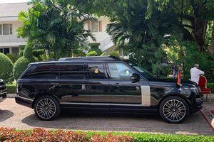 Vua Campuchia đi SUV chống đạn đến lễ hội trồng cây