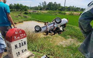 Tài xế tử vong sau khi xe 7 chỗ lao xuống hố nước ven đường