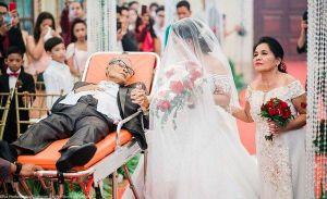 Nghẹn ngào hình ảnh người cha đưa con gái vào lễ đường bằng cáng cứu thương