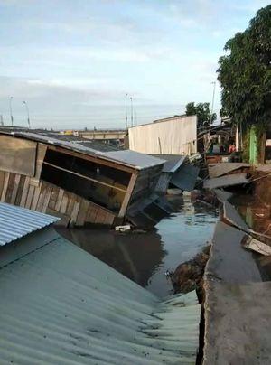 Đồng Tháp: 'Hà bá' nhấn chìm 5 căn nhà xuống sông