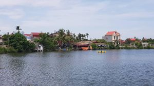 Hồ Bồng Lai bị xẻ thịt, đua nhau lấn chiếm trái phép