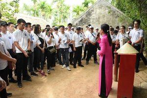 Thanh niên kiều bào thăm quê Bác