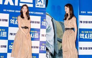 Nữ thần Yoona dù bị stylist cho mặc váy nhăn nhúm nhưng nhan sắc vẫn đẹp ngời ngời