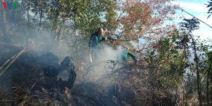 Hàng trăm lính cứu hỏa và người dân xuyên đêm dập đám cháy trên núi