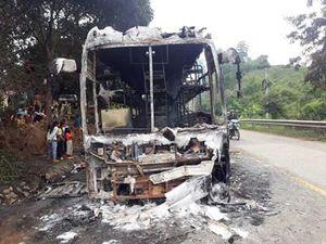 Xe khách chở 35 hành khách cháy rụi trên đèo