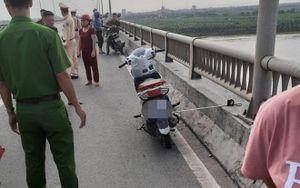 Để lại xe máy trên thành cầu Yên Lệnh, cô gái trẻ vội gieo mình xuống sông Hồng tự tử