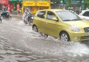 Hà Nội: Mưa xối xả khiến một số khu vực nội thành ngập sâu
