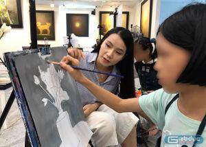 Cô Lương Giang, họa sĩ tài ba luôn dành tình yêu thương cho trẻ tự kỷ