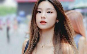 Không hổ danh Rookie nữ sáng giá của năm, Yeji (ITZY) chỉ tạm biệt tóc đuôi ngựa thôi cũng làm fan sốt xình xịch