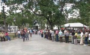 Người dân Venezuela xếp hàng phản đối lệnh cấm vận của Mỹ